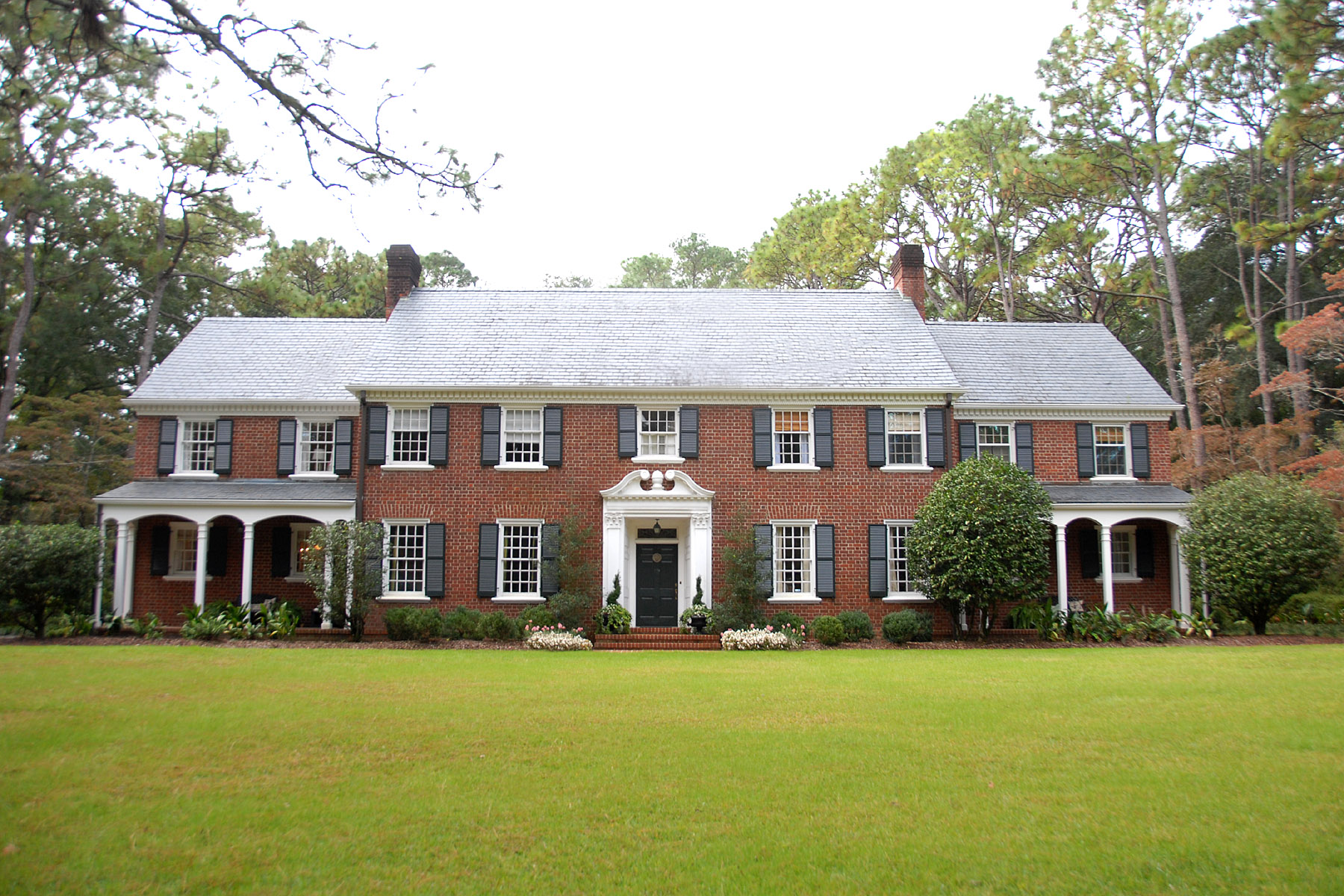 11 surprisingly landscaping for colonial homes house for Colonial landscape design